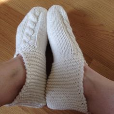 Comfy Socks, Victorian Dolls, Knitting Socks, Knit Socks, Knitted Slippers, Mittens, Lana, Knitting Patterns, Knit Crochet