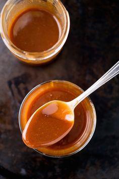 Je komt butterscotch weleens tegen in koekjes, ijs en snoepjes. Maar wat is het nou precies? En wat zijn de verschillen met karamel, toffee en fudge?