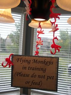 flying monkeys in training wizard of oz party Wizard Of Oz Decor, Wizard Of Oz Movie, Wizard Of Oz Quotes, Theme Halloween, Halloween Decorations, Halloween Ideas, Halloween 2019, Trunk Or Treat, Party Decoration
