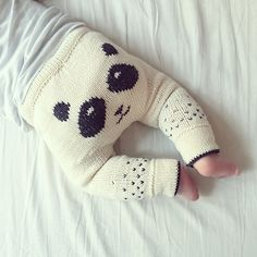 Panda Pants pattern by STRIKDET Sofie Bovbjerg Knitted Baby Clothes, Knit Baby Pants, Knit For Baby, Baby Outfits, Kids Outfits, Knitting Designs, Baby Knitting Patterns, Sport Weight Yarn, Baby Barn
