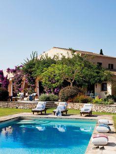Junto a la piscina Tumbonas, similares en Greendesign. Cojines de lino y pareo de Aquitania.