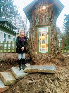Little Free Library in Tree Stump in Coeur d'Alene, ID Yesterday, my sister sent me a link to an article about a woman in Coeur d'Al. Little Free Library Plans, Little Free Libraries, Little Library, Mini Library, Library Books, Little Free Pantry, Street Library, Lending Library, Tadelakt