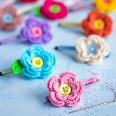 Crochet flowers + buttons + hair slides = Pretty hair decorations. (via Craft and Creativity)(Tutorial in English and Swedish)
