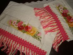 Jogo de toalhas com pintura de flores e macramê
