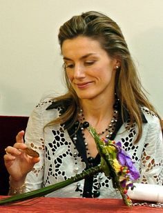 """""""Ajá, y decís que esta moneda es muy interesante ¿no?"""". (GTRES) Princess Of Spain, Spanish Royal Family, Pose, Emerald Jewelry, Queen Letizia, Royalty, Sari, Portrait, Hair Styles"""