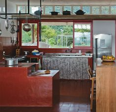 Seja para fazer aquela comida com gosto de fazenda ou para esquentar nos dias frios, o fogão a lenha é a estrela dos 25 espaços abaixo.