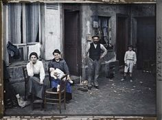 A family in Paris in 1914.The family asked the June 24, 1914 rue du Pot de Fer in the fifth arrondissement of Paris. A dozen operators have worked with Albert Kahn. This is Stephane Passet who took this shot. © Musée Albert Kahn / Hauts-de-Seine
