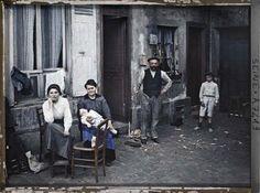 A family in Paris in 1914.The family asked the June 24, 1914 rue du Pot de Fer in the fifth arrondissement of Paris. A dozen operators have worked with Albert Kahn. This is Stephane Passet who took this shot. © Musée Albert Kahn / Hauts-de-Seine
