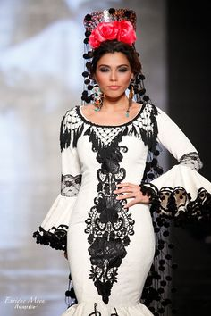 """""""Latina-Rosa Style"""" A . Latina/Lady that wears a rose or roses; especially a pink or red rose/roses! Flamenco Costume, Flamenco Skirt, Flamenco Dancers, Spanish Dress Flamenco, Flamenco Dresses, Spanish Dancer, Spanish Woman, Spanish Style, Beauty And Fashion"""