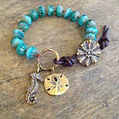 Ce beau bracelet fonctionnalités opale turquoise perles tchèques Handspun avec perlon brun foncé doté dun charme artisan bronze hippocampe et