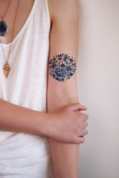 This pretty round floral temporary tattoo is made in the famous Dutch 'Delfts Blauw' style. This one will look really pretty on a variety of spots on your body! .......................................