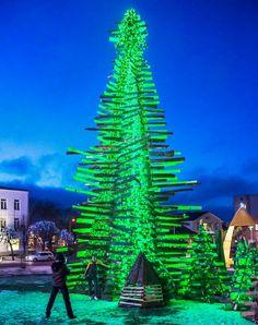 ★ Glamorous Green ★ Virolaiset rakensivat joulukuusen jätepuusta Pikkukaupunki Rakveren kuusi valittiin maailman komeimpien joukkoon