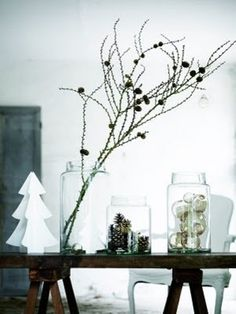 lehtikuusen oksia, isoja lasipurkkeja