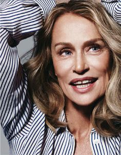 Lauren Hutton in stripes. The lines in her shirt, the line in her smile, the lines in her face - it's all beautiful! Timeless Beauty, My Beauty, Beauty Hacks, Hair Beauty, Natural Beauty, Natalia Vodianova, Cindy Crawford, Beautiful Old Woman, Beautiful People