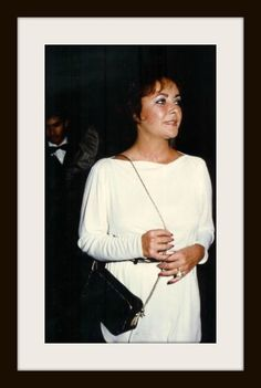 Elizabeth Taylor https://www.facebook.com/143408802354196/photos/a.840214406006962.1073742330.143408802354196/897962743565461/?type=1&theater