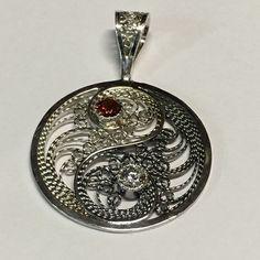 Silver filigree yin yang pendant with garnet and cz.  #filigree #filigrana #finesilver #sterlingsilver #finesilverjewelry #sterlingjewelry #yinyang #stonesetting #tubesetting  #pcubangbangart #filigreeaddict
