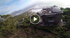 Jovem Filma o Seu Arriscado Salto De Parapente Por Entre As Casas