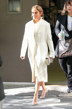Jennifer Lopez is a master of 24-hour glamour, navigating even the most challenging conditions with stylish aplomb.