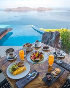Cavo Tagoo Mykonos, Imerovigli Santorini, Santorini Greece, Santorini Travel, Santorini Island, Breakfast Around The World, Breakfast In Bed, Breakfast Fruit, Breakfast Photo