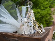 Ξύλινος δίσκος με καράφα, στέφανα και ποτήρι .