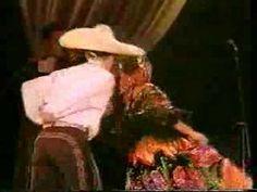 """""""Jarabe Tapatio"""" ou """"Danza del sombrero"""", é considerada a dança nacional do país. http://pt.wikipedia.org/wiki/Dan%C3%A7a_do_M%C3%A9xico"""