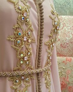 Hand Embroidery Dress, Tambour Embroidery, Hand Embroidery Videos, Embroidery On Clothes, Hand Embroidery Designs, Caftan Gallery, Wedding Stage Decorations, Moroccan Caftan, Light Dress