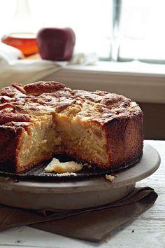 Μηλόπιτα+αφράτη Greek Sweets, Greek Desserts, Greek Recipes, Sweets Recipes, Fruit Recipes, Cake Recipes, Sweet Loaf Recipe, Greek Cake, Think Food