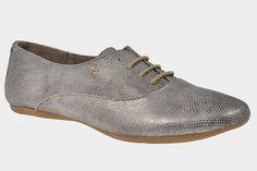 Zapatos tipo Oxford en piel plateada ideal para estilismos intelectuales de verano.