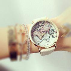 La montre tendance 2016. Superbe montre, unique en son genre. Mouvement à trois aiguilles.  Un jolie montre qui sublimera vos poignets en un clin d'oeil!!!  La montre parfaite pour cette saison!  Emballage cadeau offert!