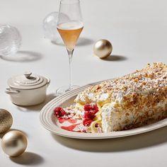 Pavlova Roulade with Raspberry Cheesecake Filling - Le Creuset Recipes Roulade Recipe, Pecan Cake, Pecan Nuts, Raspberry Cheesecake, Cream Cheese Filling, Banana Recipes, Summer Desserts, Pavlova, Let Them Eat Cake
