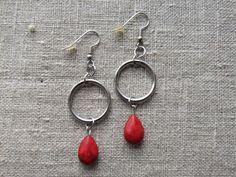Earrings / Øreringe. Red dangle earrings made of steel and gemstone. www.bulowssmykker55.amioamio.com