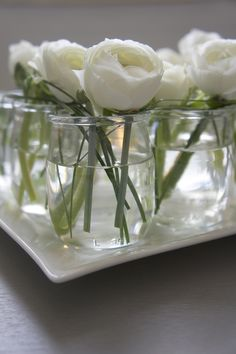 DIY - Linear and zen low centerpiece with white ranunculus in french yogurt jars. Where can I buy French yogurt? Table Flowers, Cut Flowers, White Flowers, Beautiful Flowers, Elegant Flowers, Beautiful Things, Garden Wedding Centerpieces, Low Centerpieces, White Ranunculus
