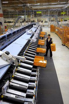Plate-forme Industrielle Courrier (PIC) de Wissous : machine de tri : vue générale d'une Machine de Tri Industriel (MTI) © photo Jean-Erik Pasquier, Rapho, La Poste, DR.