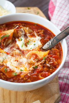 Lasagne-Suppe The lasagna soup is extraksig, spicy and packed with typical lasagna ingredients. Soup Recipes, Dinner Recipes, Healthy Recipes, Easy Recipes, Snacks Recipes, Lasagna Ingredients, Lasagna Soup, Food For A Crowd, Soups And Stews