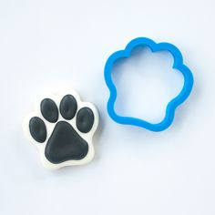 This 3D printed dog paw cookie cutter has been crafted for durability and quality. All cutters designed, engineered and tested by a fellow cookie enthusiast. Home page: www.frosted.co Collection: Anim