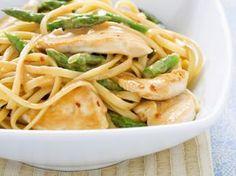 Pasta mit grünem Spargel und Sesamhühnchen | http://eatsmarter.de/rezepte/pasta-mit-gruenem-spargel-und-sesamhuehnchen