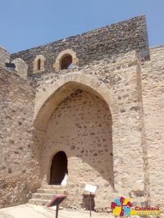 Vista de Torre Prieta, torre que se encuentra desmochada, podemos observar que la parte superior se encuentra realizada en piedra volcánica.