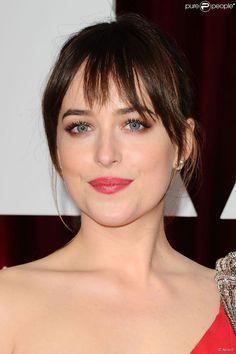 Dakota Johnson a choisi d'apporter une touche de couleur à ses jolies lèvres pour les Oscars 2015