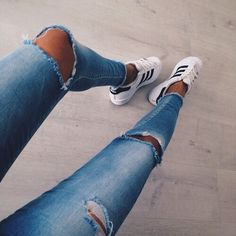 Afbeelding via We Heart It #adidas #black #clothes #fashion #girl #jeans #outfit #shoes #style #summer #tan #trendy #white #superstar #ootd