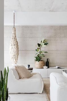Layers of raw and natural materials – linen, raw timber, seagrass and stone – deliver depth and soul in this serene beachside home in Perth that has been designed with entertaining in mind. Take a tour.  Photography: Bo Wong | Styling Anna Flanders | Story: Australian House & Garden Color Palette For Home, Neutral Palette, Neutral Tones, Living Room Interior, Living Room Decor, Decor Interior Design, Interior Decorating, Cosy Interior, Luxury Interior