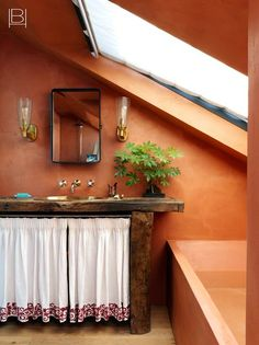 LONDON FAMILY HOME Manchester Home, Beata Heuman, Bed Nook, Scandinavian Apartment, Villa, Craftsman Bungalows, Bathroom Colors, Colorful Bathroom, Dyi Bathroom