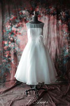This strapless Tea Length wedding dress has a fabulous feminine spotty Organza overlay, bateau neckline . The dress has a full circle skirt, is fully lined