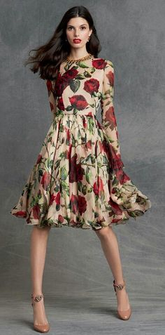 STYLE & BEAUTY- rose is one of the most symbolic of all flowers and Dolce&Gabbana make it live on beautiful dresses and accessories that will easy take you from summer into fall. Floral Fashion, Love Fashion, High Fashion, Womens Fashion, Fashion Tips, Fashion Design, Ladies Fashion, Curvy Fashion, Fashion Bloggers