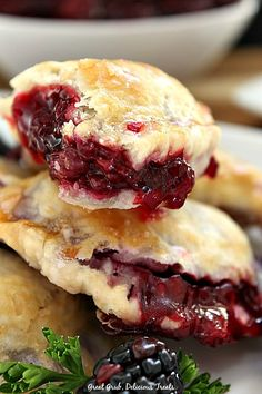 Blackberry Hand Pies are filled with a homemade blackberry sauce made with fresh blackberries. Just Desserts, Delicious Desserts, Yummy Food, Cherry Desserts, Hand Pies, Blackberry Sauce, Blackberry Recipes, Blackberry Cobbler, Pie Recipes