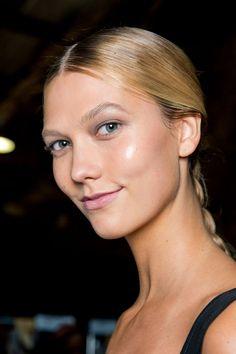 On adore ce maquillage nude, qui utilise l'enlumineur de teint pour un effet glowy réussi.