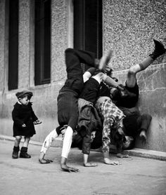 Children in the streets of Paris photographed by Robert Doisneau