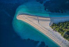 Plage de Zlatni Rat, Bol, Croatie. http://www.lonelyplanet.fr/article/les-plus-belles-plages-de-croatie #ZlatniRat #Bol #Croatie #plage #voyage