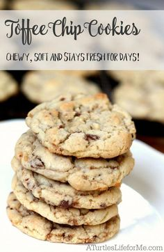 The chewiest, softest toffee cookies! SO buttery and delicious! The chewiest, softest toffee cookies! SO buttery and delicious! Toffee Cookie Recipe, Toffee Cookies, Chip Cookie Recipe, Easy Cookie Recipes, Yummy Cookies, Cake Cookies, Cupcakes, Shortbread Cookies, Toffee Chips Recipe