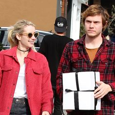 Evan Peters Doesn't Look Too Excited To Be Around Emma Roberts - http://oceanup.com/2016/12/06/evan-peters-doesnt-look-too-excited-to-be-around-emma-roberts/