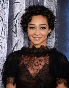 Ruth Negga attends the Premiere of Universal Pictures Warcraft at TCL Chinese Theatre Curly Pixie, Curly Bob, Curly Short, African Braids Hairstyles, Braided Hairstyles, Curly Hair Styles, Natural Hair Styles, Unique Faces, Natural Hair Inspiration